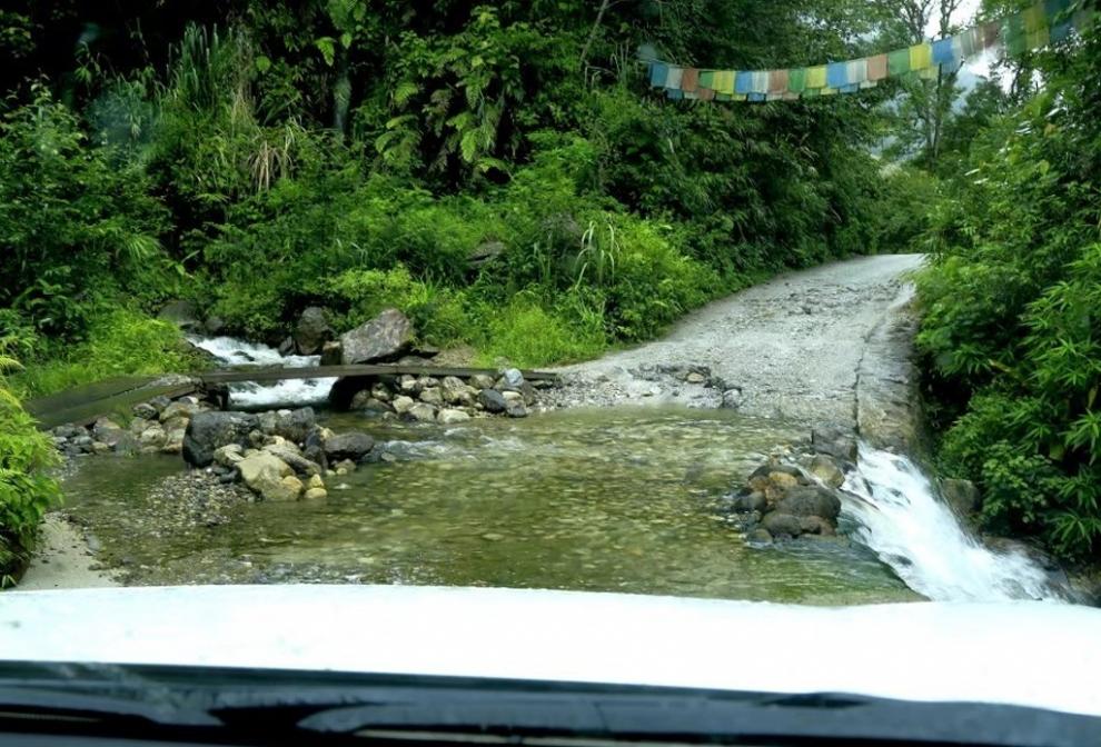 只够一台车路过的过水路段